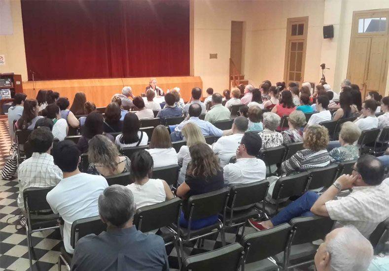 Colmado. El salón del Centro Social Israelita estuvo lleno; hubo una gran presencia de jóvenes.