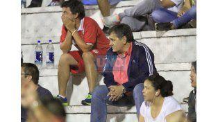 Con nervios. Los dirigentes de Atlético Paraná estuvieron en una tribuna siguiendo las alternativas del cotejo. (Foto UNO/Diego Arias)