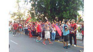 Aliento al Rojinegro. En el hotel ubicado en la Plaza 1º de Mayo asistieron los hinchas de Patronato con un banderazo. (Foto UNO/Diego Arias)