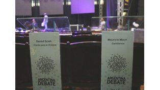 odo listo. Los organizadores trabajaron ayer en la puesta a punto de la sala en la que se realizará el debate.