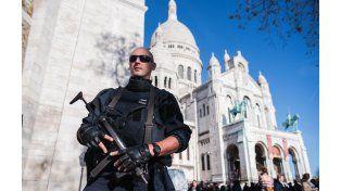 Un policía francés custodia la basílica de Sacre Coeur en París.
