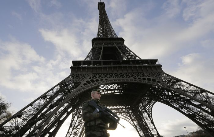 Un soldado patrulla la torre Eiffel tras los atentados.