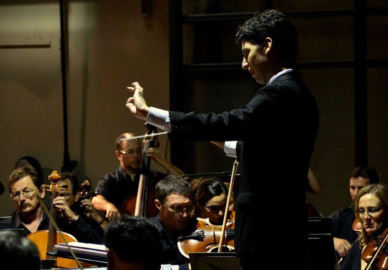 Ulises Maino dirigiendo a la Sinfónica de Entre Ríos.