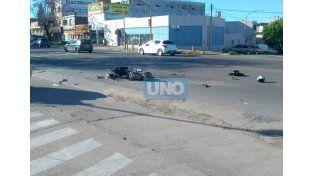 Un motociclista sufrió importantes heridas en la cara al chocar con un auto
