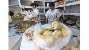 Paga el cliente. Por kilo de pan