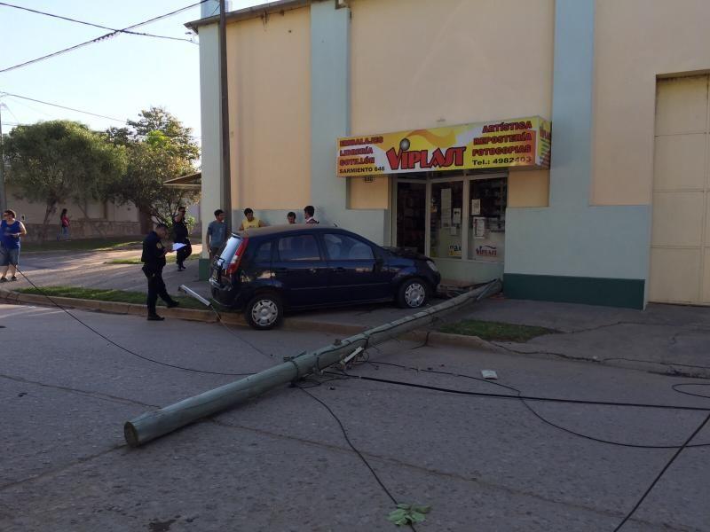 Chocaron y derribaron un poste de la línea telefónica