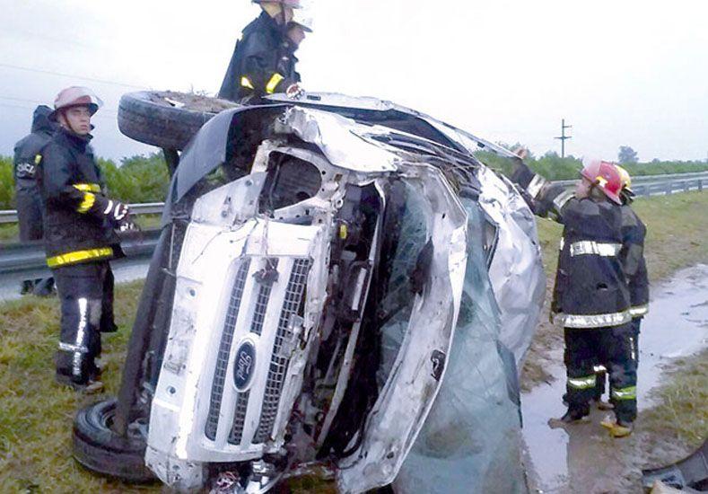 Una camioneta quedó destrozada tras terrible vuelco.  Foto: La Calle