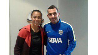 Con su ídolo. Yael Oviedo junto a Carlos Tevez en Casa Amarilla. Ella mostró su orgullo por estar en el Apache.