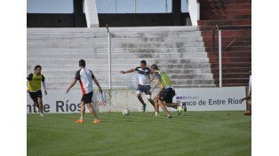 El Rojinegro trabajó ayer por la tarde en el Grella pensando en el cruce del sábado ante Atlético Paraná. Foto UNO/Mateo Oviedo