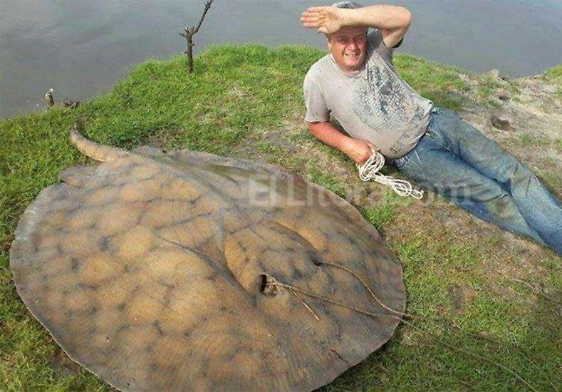 El pescador junto a la raya de 120 kilos.   Foto: El Litoral