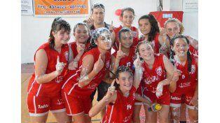Con espuma celebran las chicas de Talleres al obtener el título en un partido que ganaron sin problemas.  Foto Gentileza/Prensa APBF