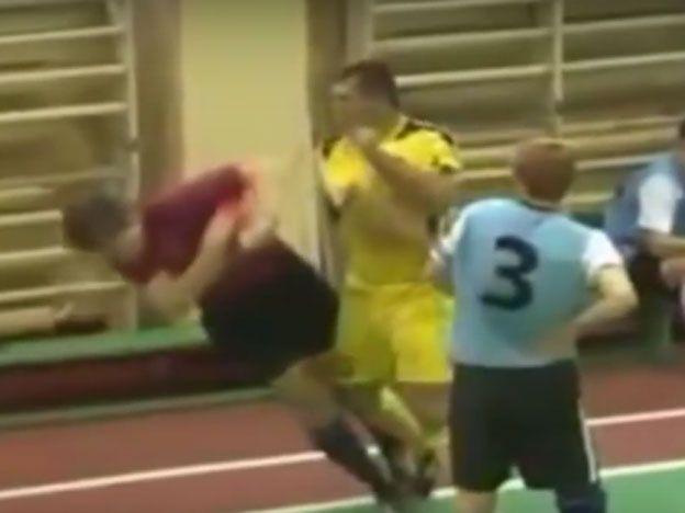 No soportó la roja y le pegó al árbitro