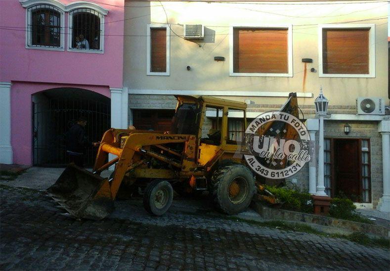 Retroexcavadora se incrustó en una casa al resbalar en una vertiente