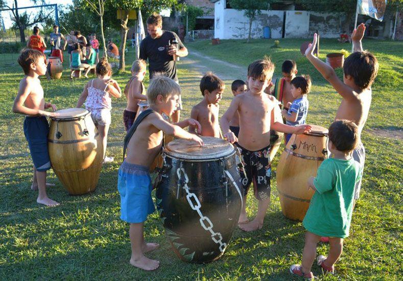 En el camping suena el candombe en forma habitual.