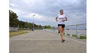 Dana Lesa en pleno entrenamiento por la costanera de Paraná. Foto/Mateo Oviedo.