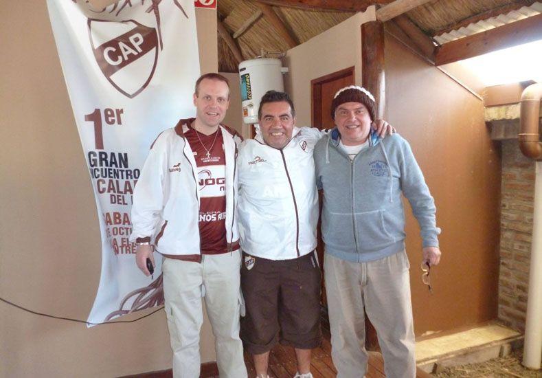 CON DIEGO. Gustavo Werner con la camiseta de Platense junto al conductor y humorista Diego Pérez en el encuentro.