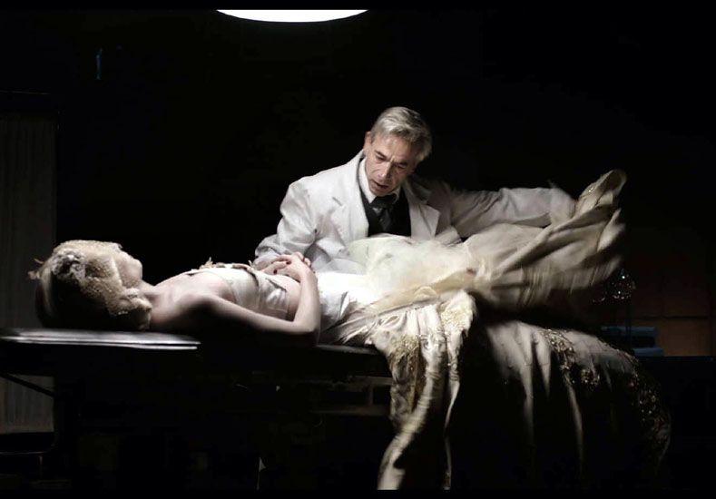 Línea. La película va desde 1952 cuando muere Eva y el doctor Ara accede a embalsamar su cuerpo