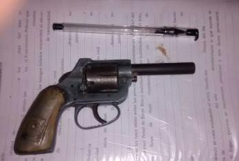 Encontró un revólver mientras limpiaba el cuarto de su hijo de 13 años