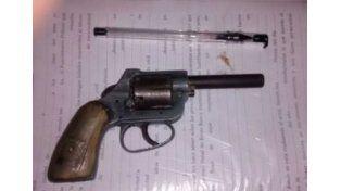 Un chico de 13 años guardaba un revolver bajo el colchón