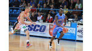 Súper Mario. West se llevó 19 puntos en su partido debut con la camiseta del Centro. Foto UNO/Diego Arias