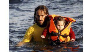 La esperanza. El argentino en un solo día ayudó a numerosos sirios que querían llegar a Grecia.