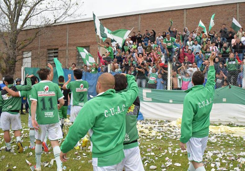 Los jugadores de Unión Agrarios festejan el triunfo en su casa.  Foto Gentileza/Sergio Moreira