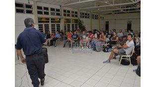 Capacitación. En el Liceo Albarracín de Sarmiento accedieron a una charla con Bomberos. Foto UNO/Mateo Oviedo