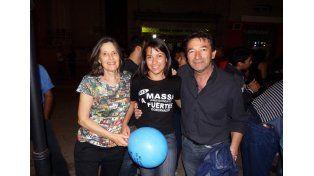 En Diamante. Aranda y su vice Lelia Recalde en los festejos junto a una militante massista.
