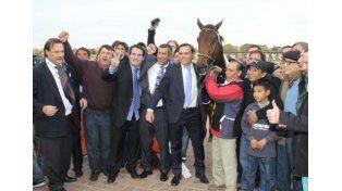 Luis Erro junto a Ordak Dan cuando ganó el Gran Premio 25 de Mayo en San Isidro.