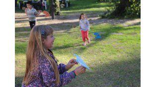 Los niños se divierten con juegos de otros siglos.