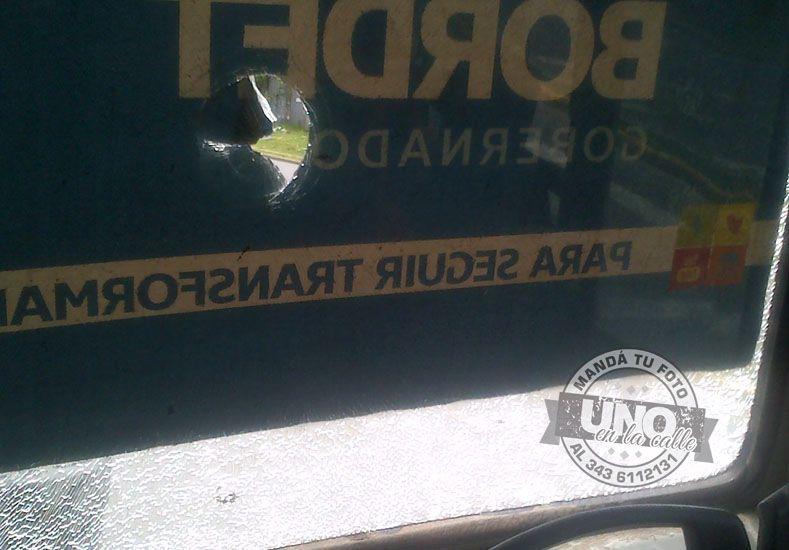 Empleado municipal apedreó un colectivo urbano porque lo ensució