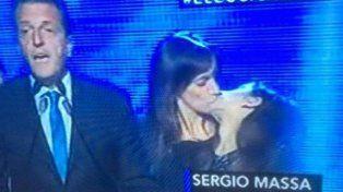 El beso entre Malena Galmarini y su hija