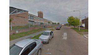 La pelea fue afuera de la escuela Paula Albarracín. (Foto: Google Street View)