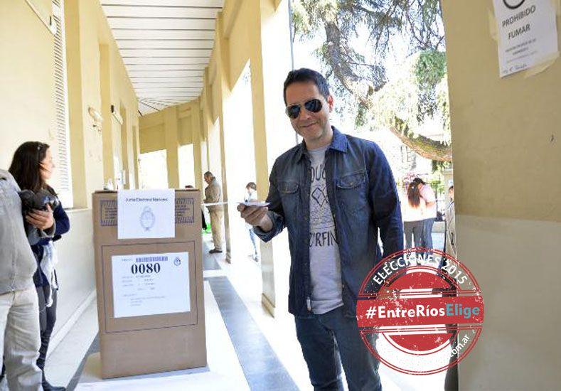 El periodista Fernando Miguez emitió su voto en la escuela Bavio. (Foto UNO/Mateo Oviedo)