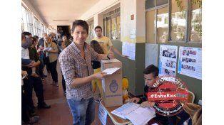 El periodista Rolo Martinelli votó en la escuela Santa Teresita. (Foto UNO/Mateo Oviedo)