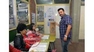 El periodista deportivo Washington emitió su voto en la escuela Comercio N° 1. (Foto UNO/Mateo Oviedo)