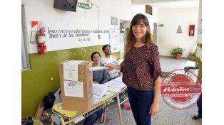 La periodista María Waigandt posó amablemente para UNO mientras votaba en la escuela Santa Lucía. (Foto UNO/Mateo Oviedo)