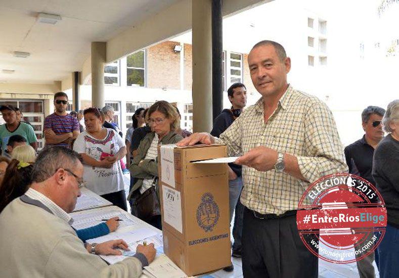 El cocinero Ángel Sánchez votó en la escuela Sarmiento.  (Foto UNO/Mateo Oviedo)