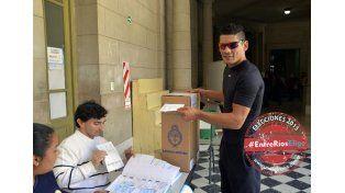 El boxeador Ulises Cloroformo López concurrió a la escuela Normal de Paraná y allí emitió su voto. (Foto UNO/Mateo Oviedo)