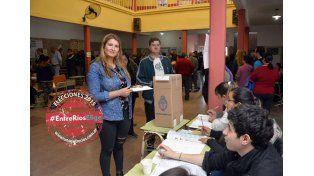 La nadadora Daniela Moretto emitió su voto en la escuela Jesús El Maestro. (Foto UNO/Mateo Oviedo)