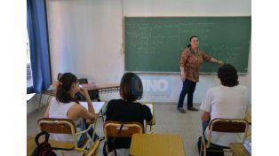 En el aula. La docente y directora de la carrera del Profesorado en Matemática