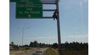 Insólito reclamo: se encadenó a un cartel de la autovía 14