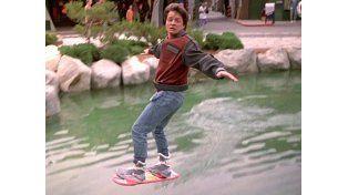 Los científicos no han logrado fabricar la patineta que levita con la que Marty burla a sus perseguidores.
