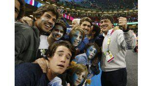 Hourcade festejó con los hinchas en la cancha. El entrenador habló del duelo ante Australia.  Foto: AP