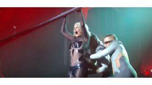 Britney Spears incómoda por una falla en su vestido en pleno show