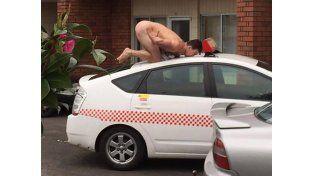 Posar desnudo como un pollo de supermercado es la tendencia que se impone en las redes sociales
