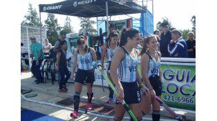 A jugar. El seleccionado argentino saltó a la cancha en medio de un cerrado aplauso de los presentes en el Centro.