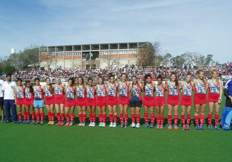 Formadas. Las chicas de la Federación Entrerriana de Hockey jugaron el primer partido ante el equipo nacional.