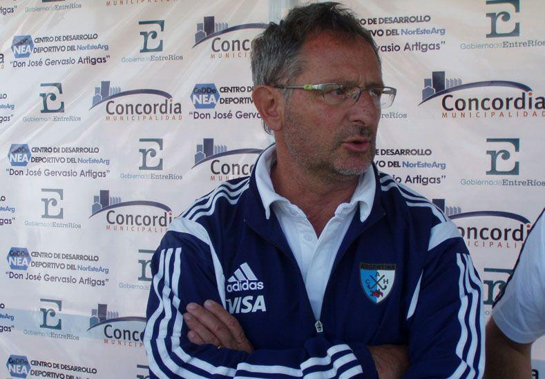Nuevo ciclo. Gabriel Minadeo comenzó ayer su trabajo al frente del combinado argentino de hockey sobre césped femenino.