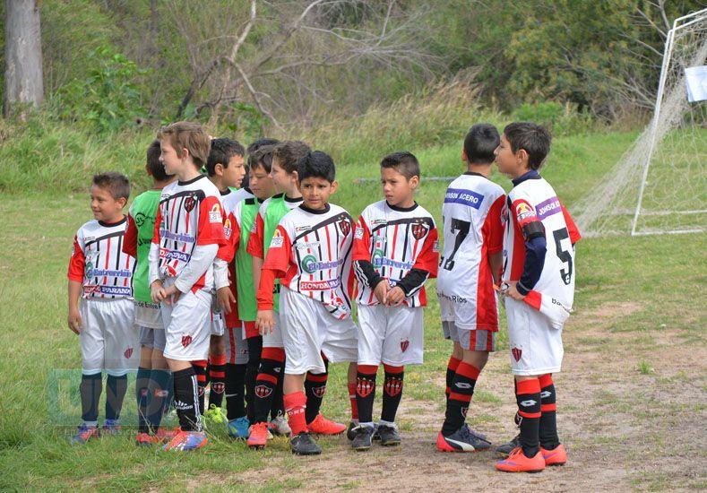 Los Rojinegros formados para entrar al campo de juego.  Foto UNO/Juan Manuel Hernández
